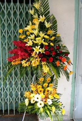 lẵng hoa khai trương đẹp mang tông màu vàng và đỏ chủ đạo